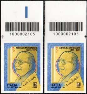 Arnoldo Mondadori - Cinquantenario della scomparsa - coppia di francobolli con codice a barre n° 2105 in ALTO destra-sinistra